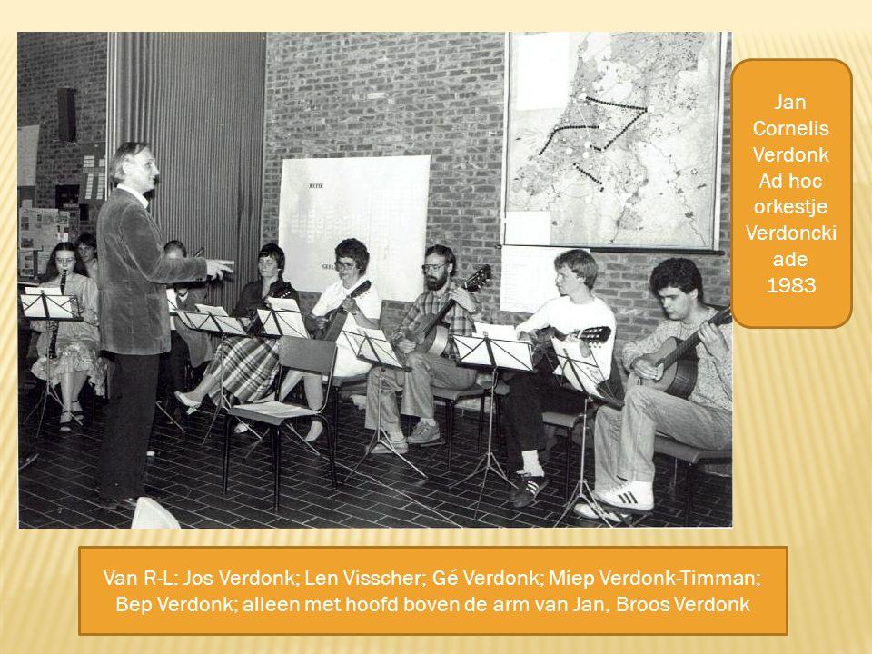 Van R-L: Jos Verdonk; Len Visscher; Gé Verdonk; Miep Verdonk-Timman; Bep Verdonk; alleen met hoofd boven de arm van Jan, Broos Verdonk Jan Cornelis Verdonk Ad hoc orkestje Verdoncki ade 1983