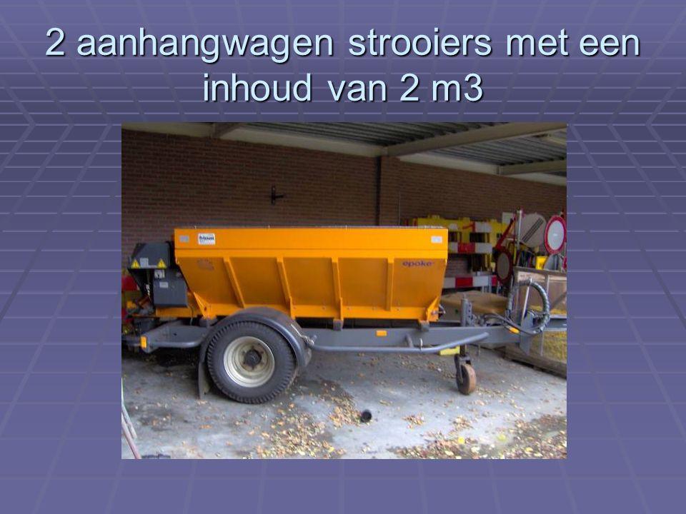 2 aanhangwagen strooiers met een inhoud van 2 m3