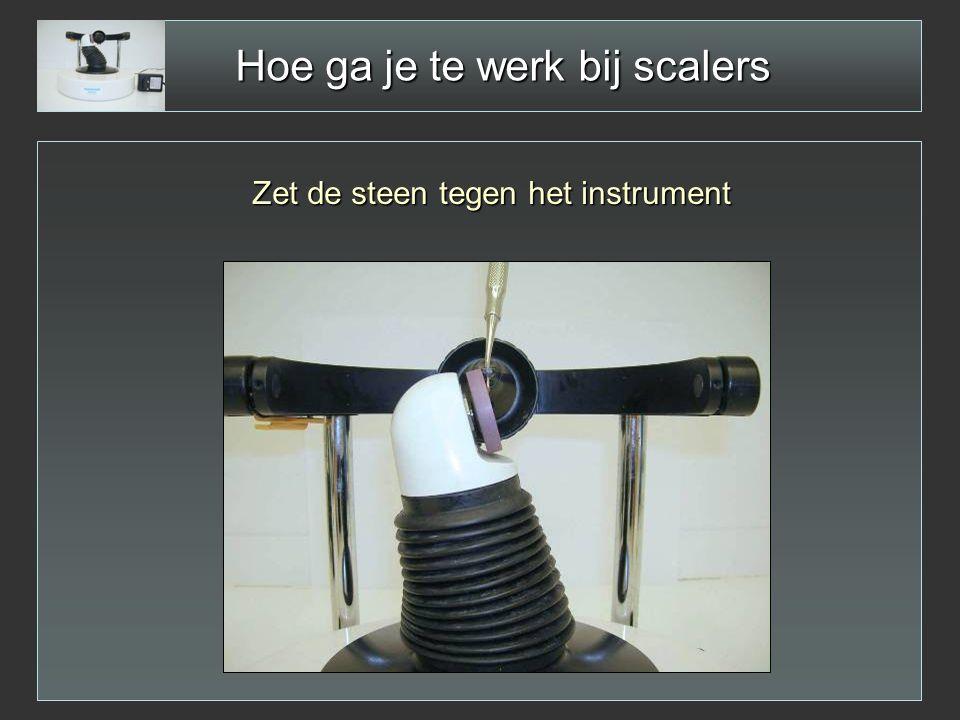 Hoe ga je te werk bij scalers Zet de steen tegen het instrument
