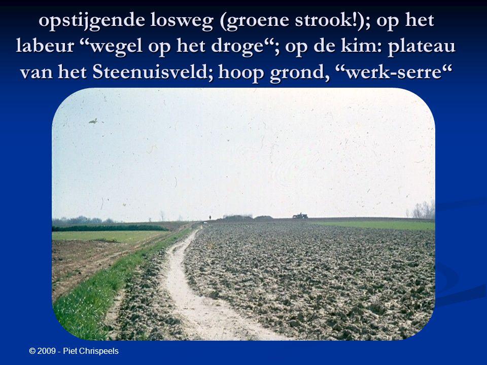 © 2009 - Piet Chrispeels opstijgende losweg (groene strook!); op het labeur wegel op het droge ; op de kim: plateau van het Steenuisveld; hoop grond, werk-serre
