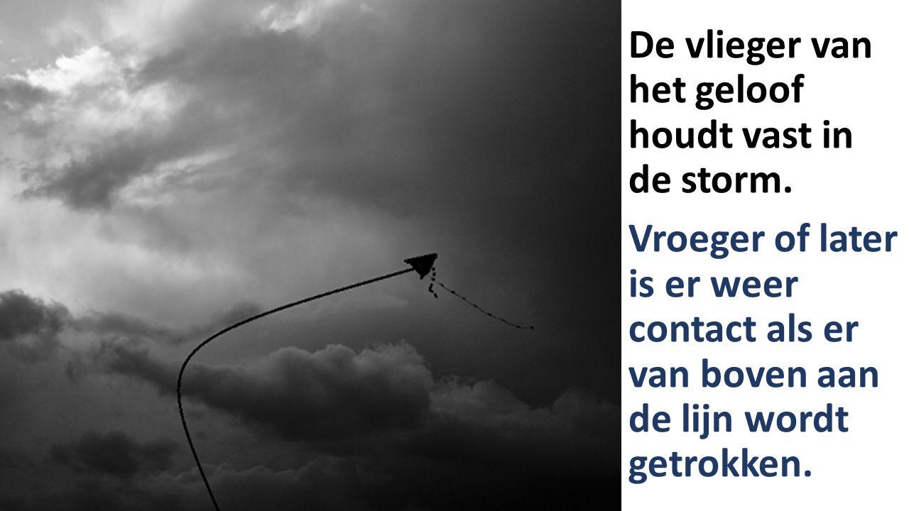 De vlieger van het geloof houdt vast in de storm.