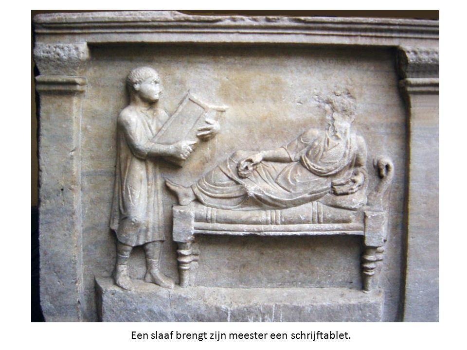 Een slaaf brengt zijn meester een schrijftablet.