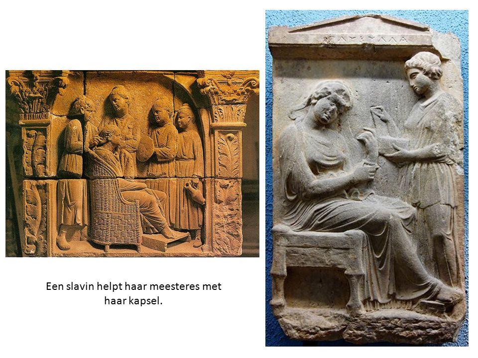 Een slavin helpt haar meesteres met haar kapsel.
