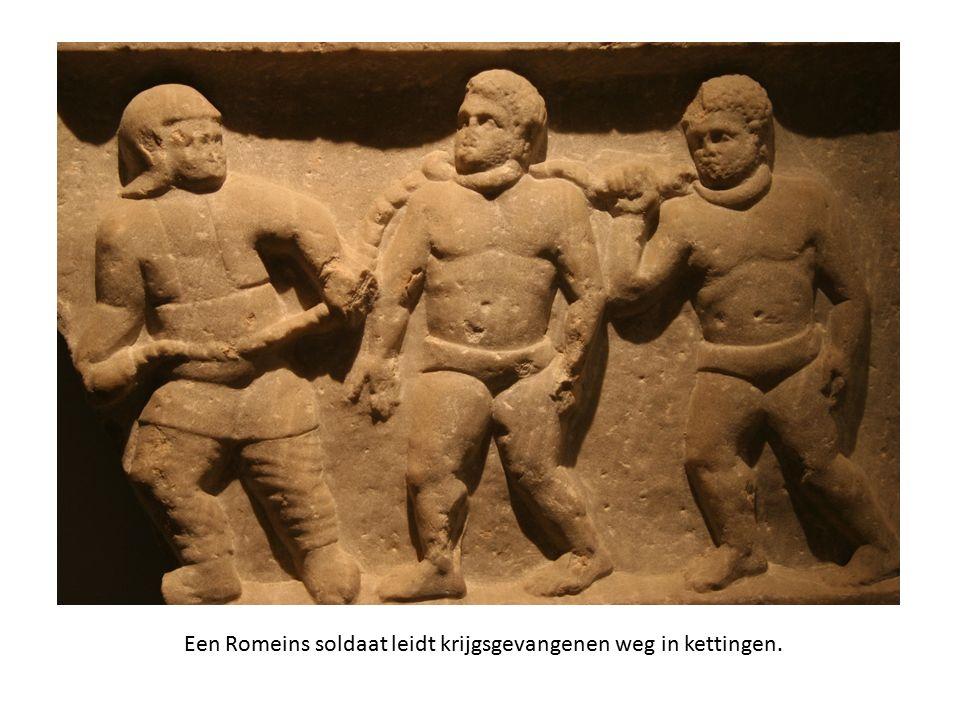 Een Romeins soldaat leidt krijgsgevangenen weg in kettingen.