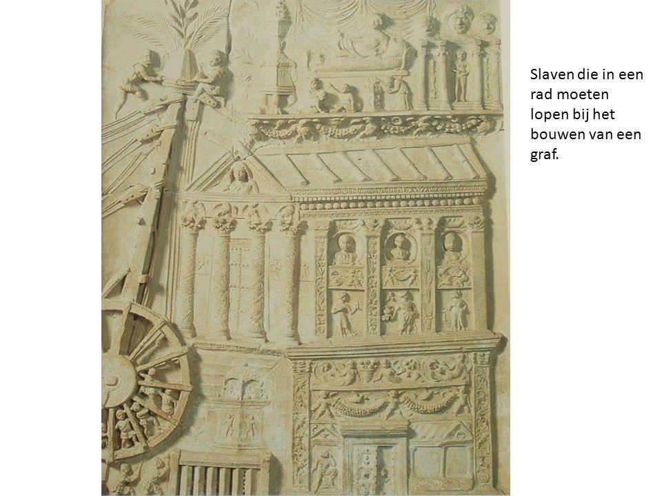 Slaven die in een rad moeten lopen bij het bouwen van een graf.