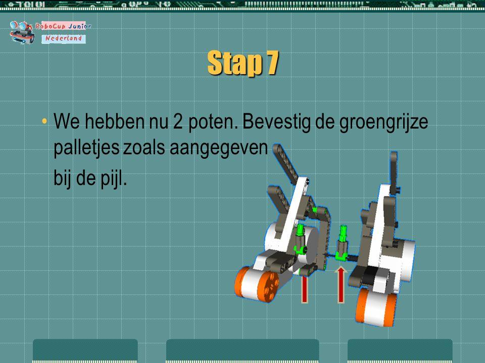 Stap 7 We hebben nu 2 poten. Bevestig de groengrijze palletjes zoals aangegeven bij de pijl.