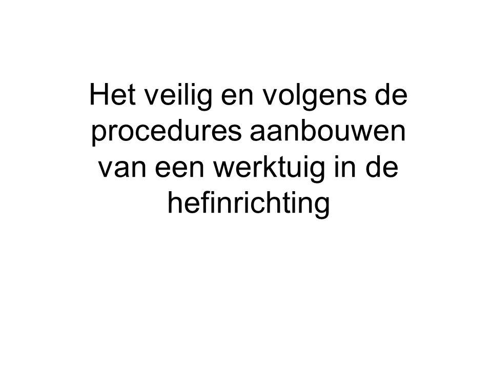Het veilig en volgens de procedures aanbouwen van een werktuig in de hefinrichting