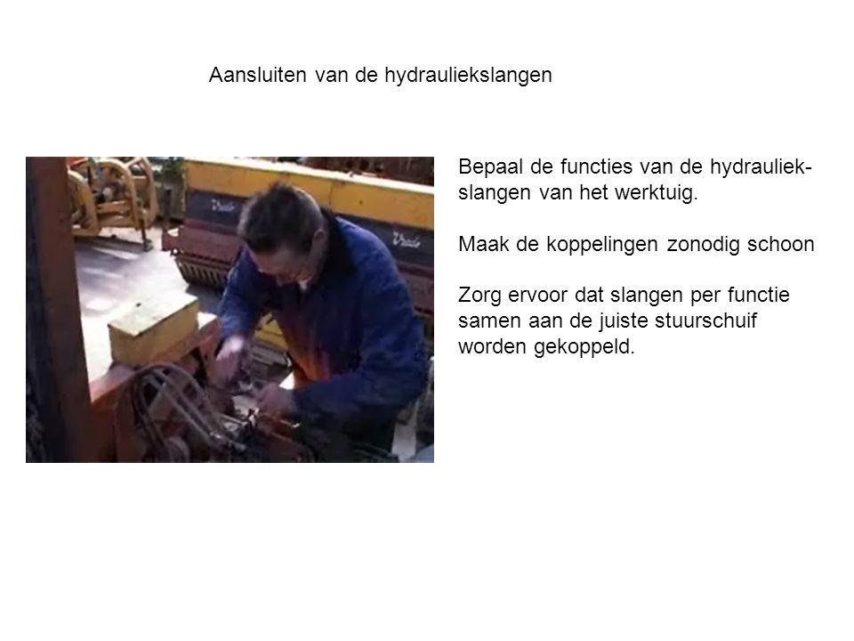 Aansluiten van de hydrauliekslangen Bepaal de functies van de hydrauliek- slangen van het werktuig. Maak de koppelingen zonodig schoon Zorg ervoor dat