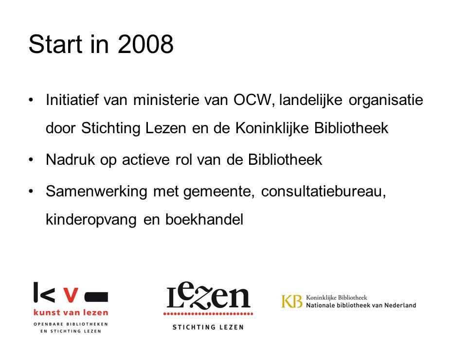 Start in 2008 Initiatief van ministerie van OCW, landelijke organisatie door Stichting Lezen en de Koninklijke Bibliotheek Nadruk op actieve rol van de Bibliotheek Samenwerking met gemeente, consultatiebureau, kinderopvang en boekhandel