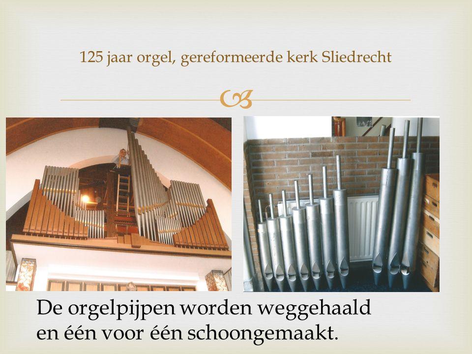  De orgelpijpen worden weggehaald en één voor één schoongemaakt.