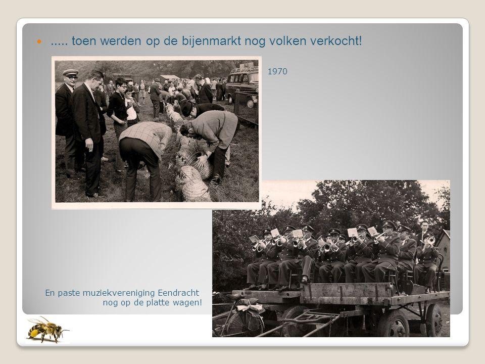 ..... toen werden op de bijenmarkt nog volken verkocht! En paste muziekvereniging Eendracht nog op de platte wagen! 1970