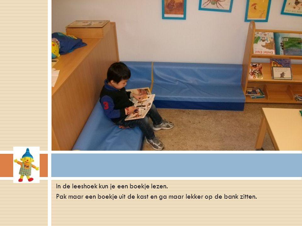 In de leeshoek kun je een boekje lezen.