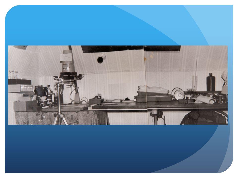 Aan het werk 1 Neem een vel (aquarel / ets) papier Tape het aan de onderkant vast op je werkvlak Zet (met potlood) een kader op je papier Werk bij gedimd (liefst Tungsten) licht Doop je kwast in de 'oplossing' Bestrijk het papier Laat papier drogen
