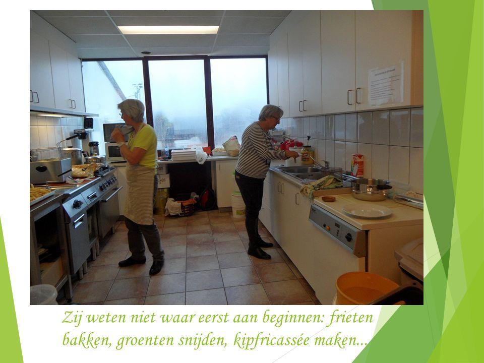 Intussen wordt in de keuken hard gewerkt aan het avondeten door Gart en Jacqueline
