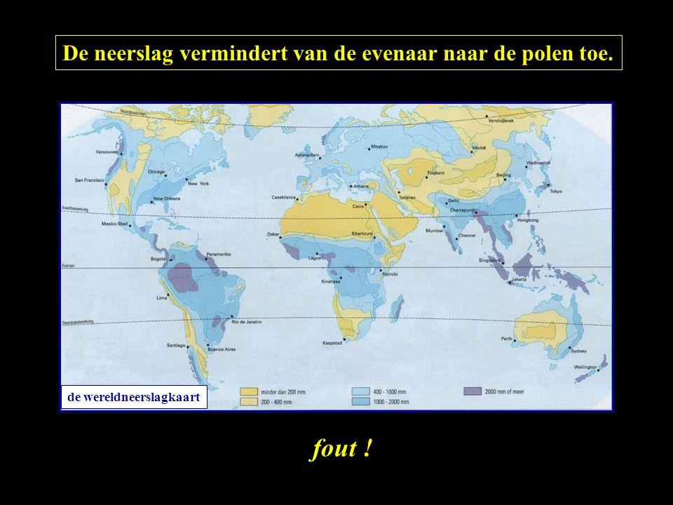De neerslag vermindert van de evenaar naar de polen toe. fout ! de wereldneerslagkaart