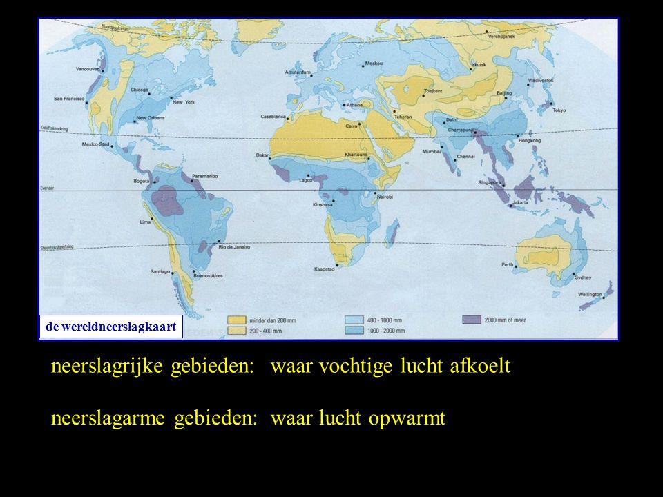de wereldneerslagkaart neerslagrijke gebieden: neerslagarme gebieden: waar vochtige lucht afkoelt waar lucht opwarmt