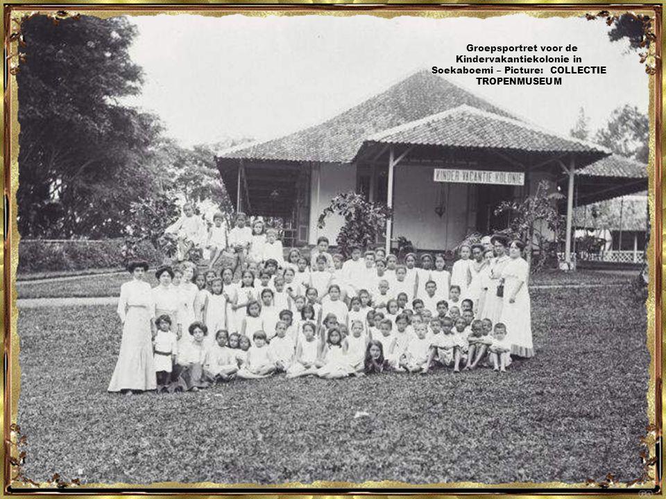 Groepsportret met begeleidsters en een verpleegkundigen in de Kindervakantiekolonie, Soekaboemi - Picture: COLLECTIE TROPENMUSEUM