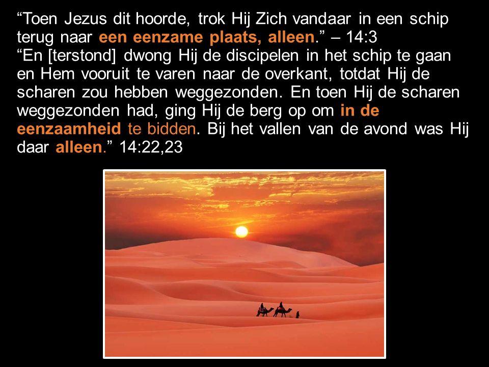Toen Jezus dit hoorde, trok Hij Zich vandaar in een schip terug naar een eenzame plaats, alleen. – 14:3 En [terstond] dwong Hij de discipelen in het schip te gaan en Hem vooruit te varen naar de overkant, totdat Hij de scharen zou hebben weggezonden.