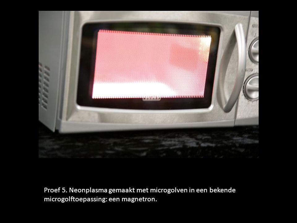 . Proef 5. Neonplasma gemaakt met microgolven in een bekende microgolftoepassing: een magnetron.