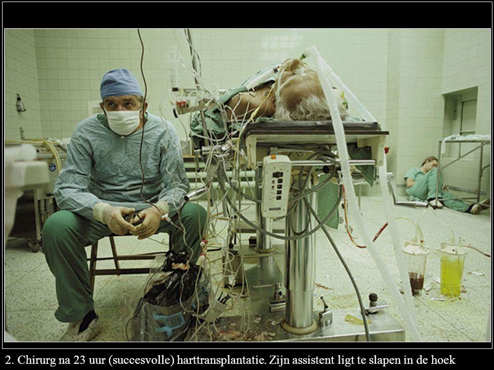 2. Chirurg na 23 uur (succesvolle) harttransplantatie. Zijn assistent ligt te slapen in de hoek
