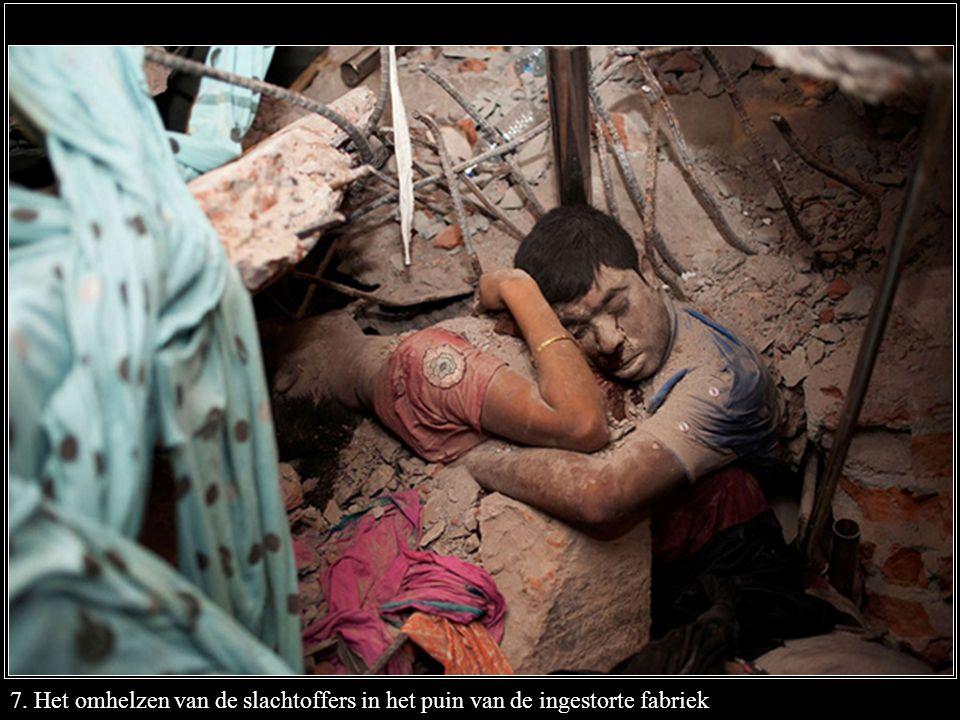 7. Het omhelzen van de slachtoffers in het puin van de ingestorte fabriek