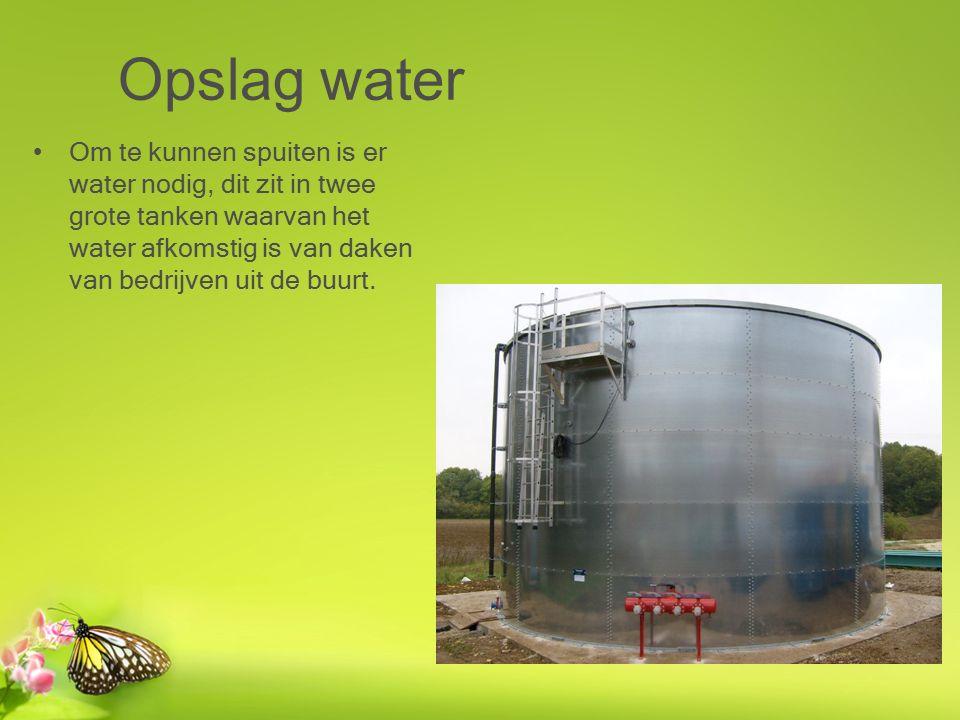 Opslag water Om te kunnen spuiten is er water nodig, dit zit in twee grote tanken waarvan het water afkomstig is van daken van bedrijven uit de buurt.