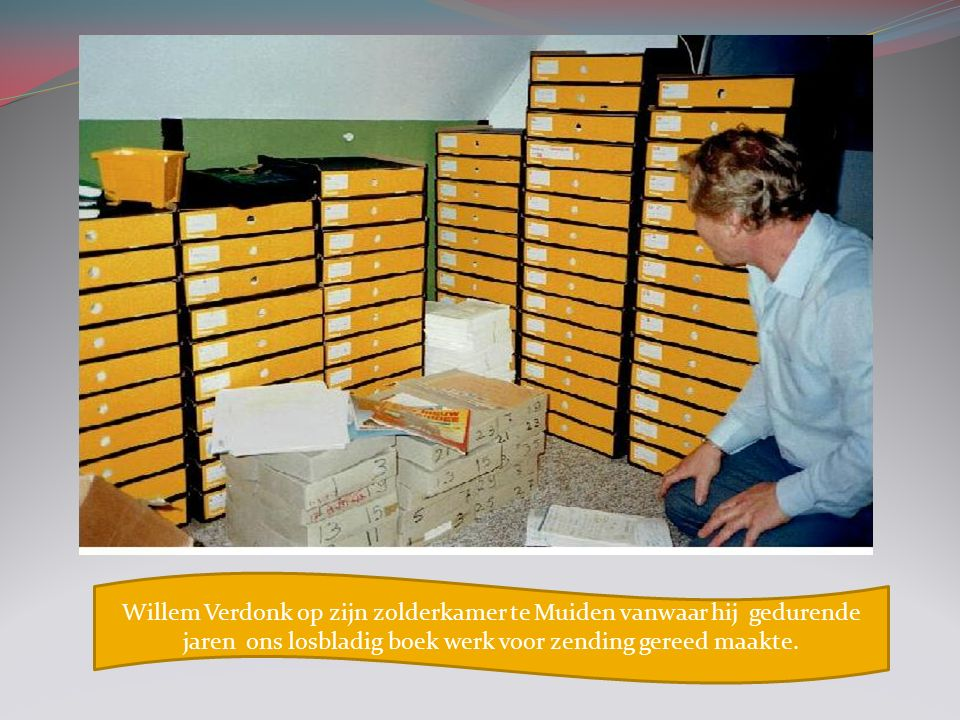 Willem Verdonk op zijn zolderkamer te Muiden vanwaar hij gedurende jaren ons losbladig boek werk voor zending gereed maakte.