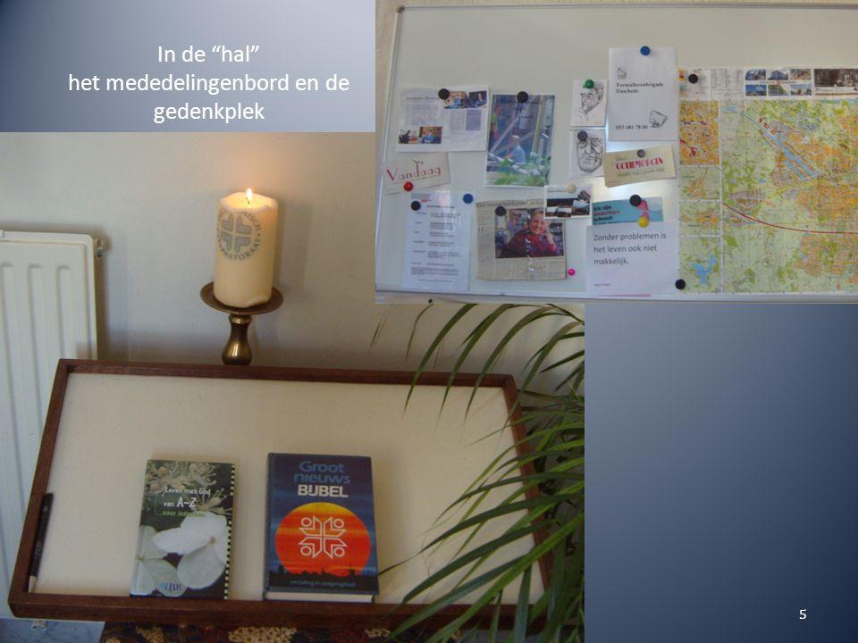 In de hal het mededelingenbord en de gedenkplek 5