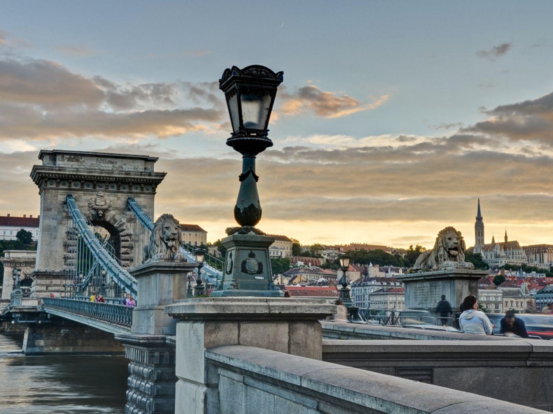 Boedapest - de Donau De Donau verdeelt de stad in Boeda en Pest De belangrijkste bezienswaardigheden vind je in Boeda Omgeving van de Donau: Werelderfgoed UNESCO Uitzichtpunten: het Vissersbastion, de Gellértberg, op de basiliek of de Margit-brug