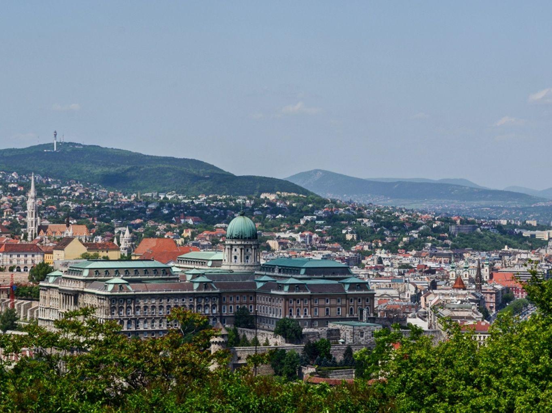 Boedapest - architectuur Een must is het neogotische Parlement aan de Donau met een bibliotheek en Hongaarse kroonjuwelen Zeker bezoeken: de basiliek Sint Stefan, met schatkamer en relikwieënkapel Uitzicht over de Donau en de stad vanuit het dakterras van de koepel van de Sint-Stefan basiliek