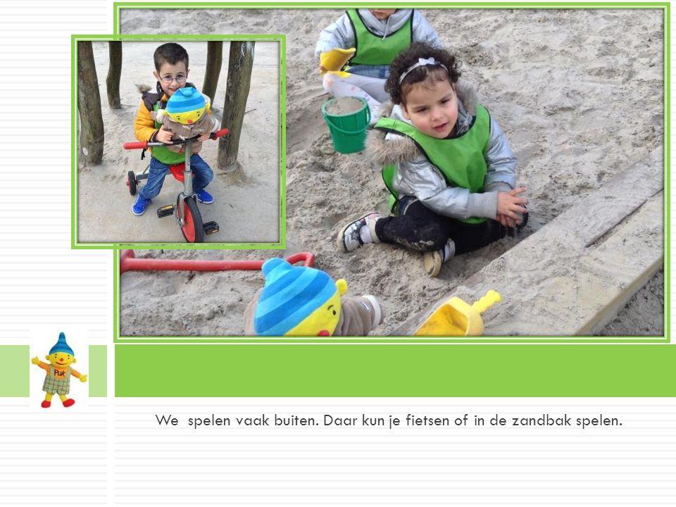 We spelen vaak buiten. Daar kun je fietsen of in de zandbak spelen..