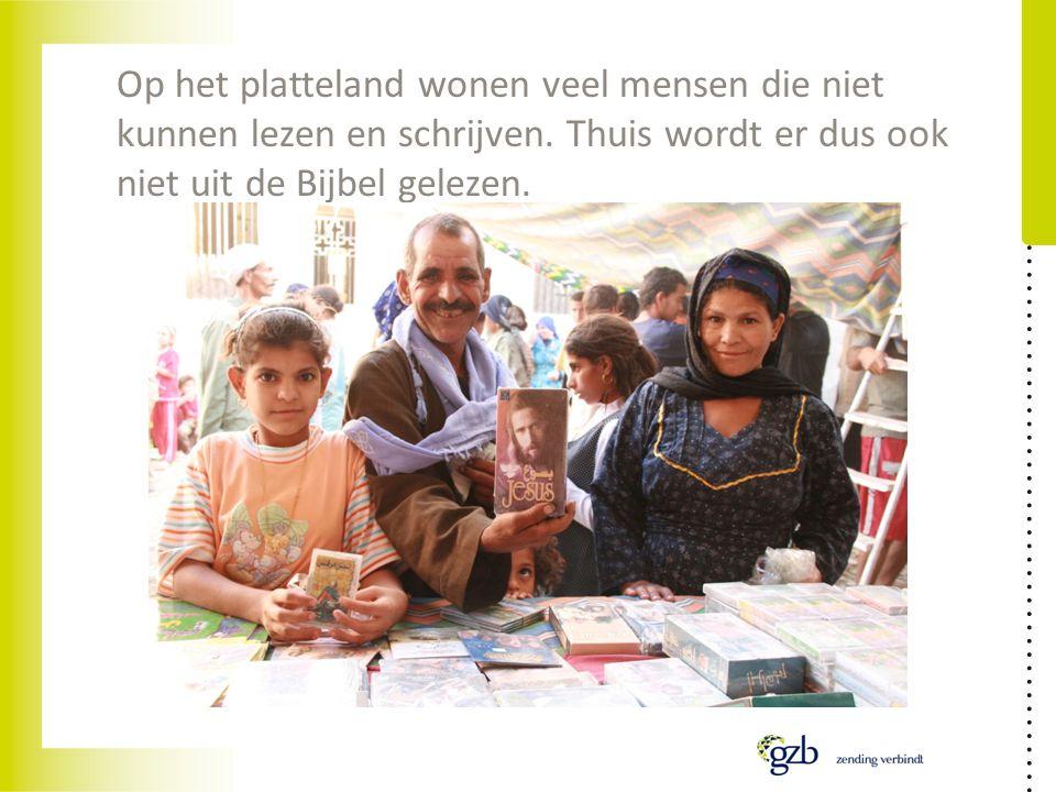 Op het platteland wonen veel mensen die niet kunnen lezen en schrijven. Thuis wordt er dus ook niet uit de Bijbel gelezen.