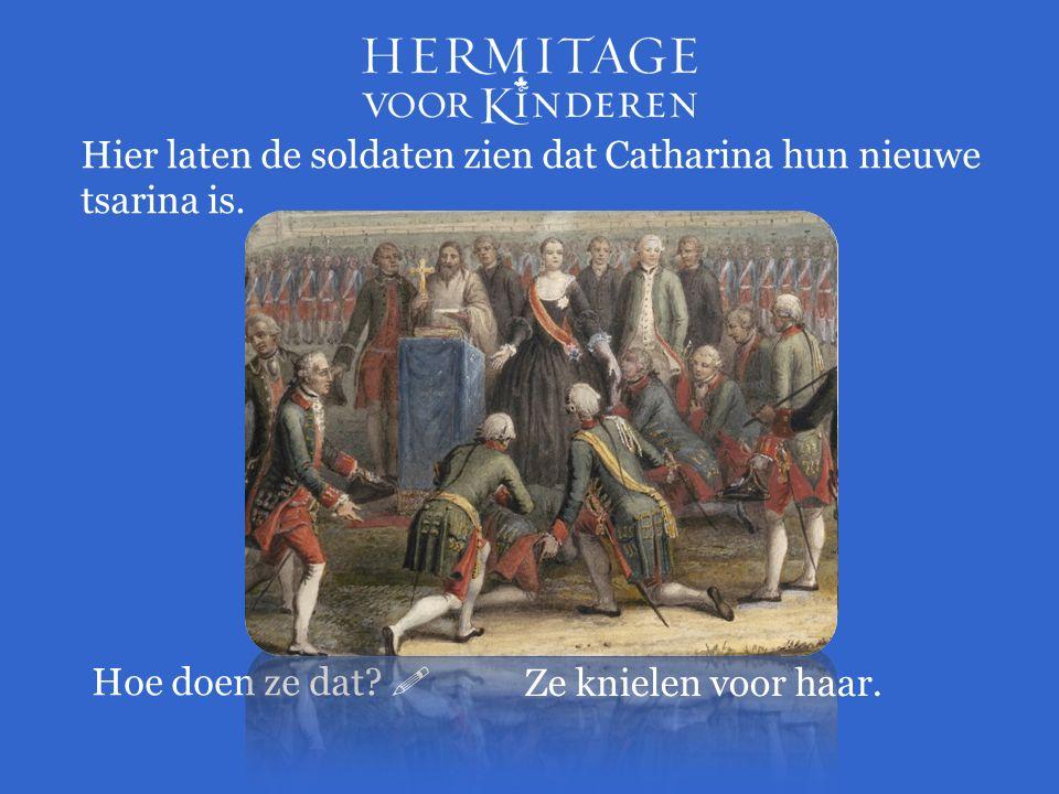 Hier laten de soldaten zien dat Catharina hun nieuwe tsarina is.