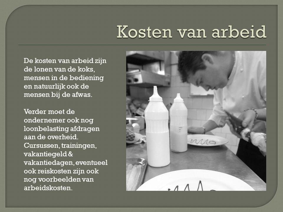 De kosten van arbeid zijn de lonen van de koks, mensen in de bediening en natuurlijk ook de mensen bij de afwas.