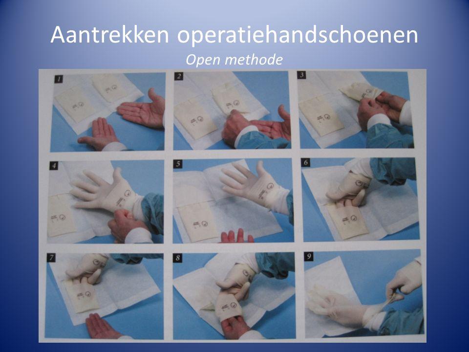 Aantrekken operatiehandschoenen Open methode