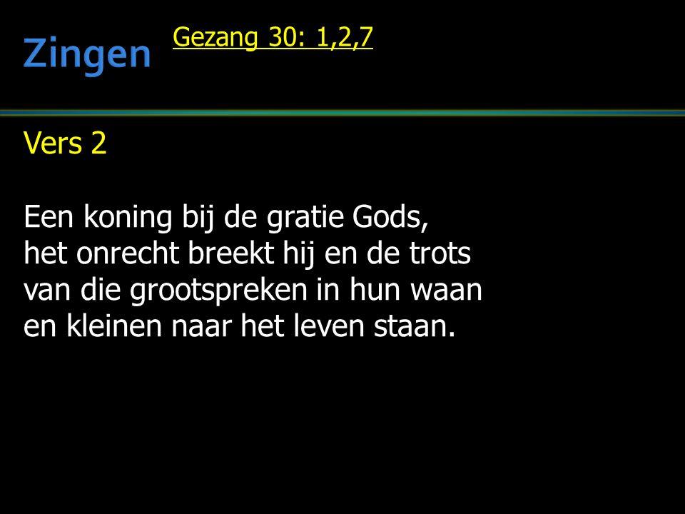 Vers 2 Een koning bij de gratie Gods, het onrecht breekt hij en de trots van die grootspreken in hun waan en kleinen naar het leven staan.