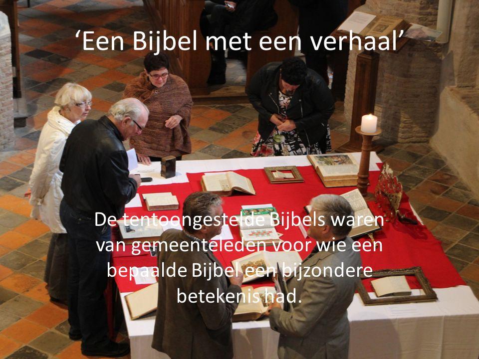 'Een Bijbel met een verhaal' De tentoongestelde Bijbels waren van gemeenteleden voor wie een bepaalde Bijbel een bijzondere betekenis had.