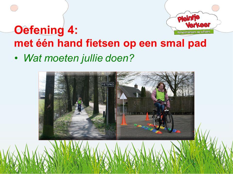Oefening 4: met één hand fietsen op een smal pad Wat moeten jullie doen?