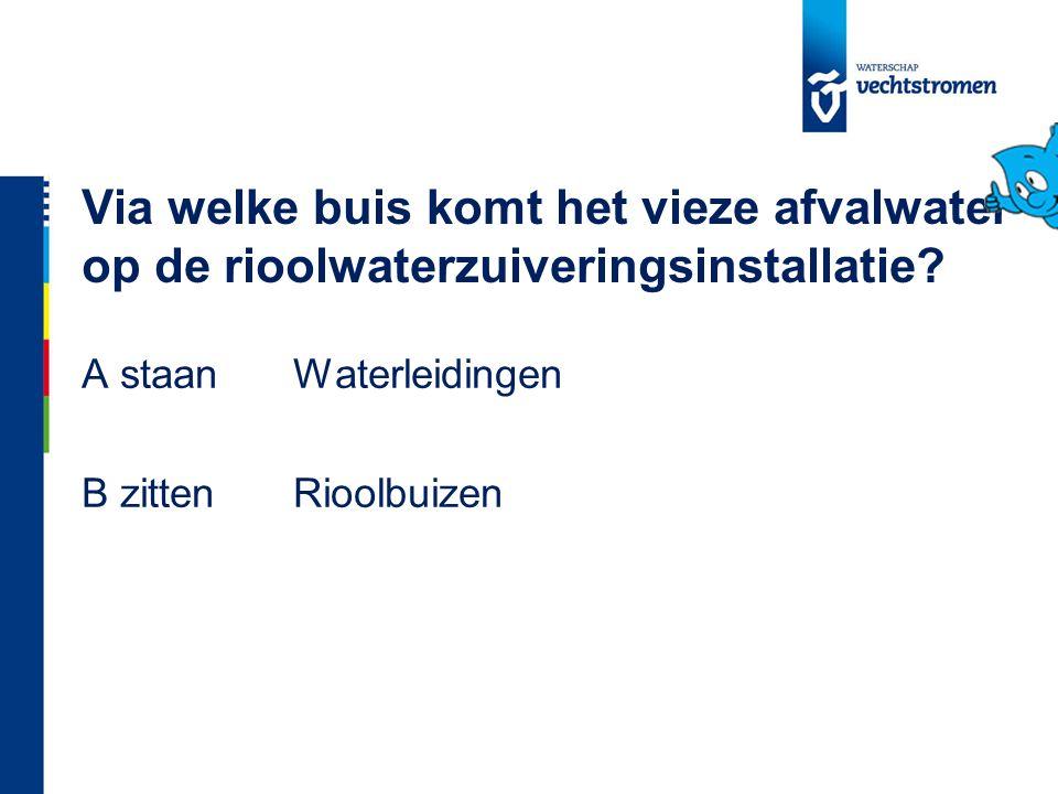 Via welke buis komt het vieze afvalwater op de rioolwaterzuiveringsinstallatie.