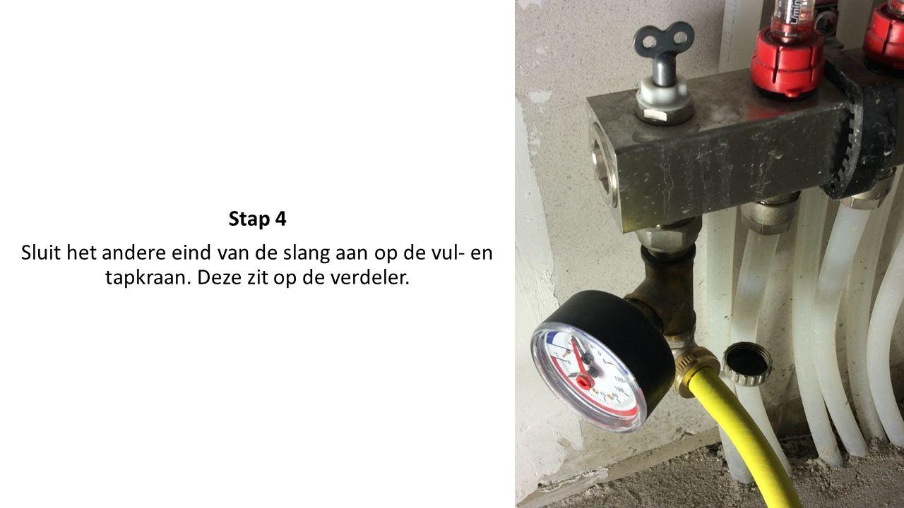 Stap 5 Open de vul- en tapkraan door deze met de bijgeleverde sleutel open te draaien.