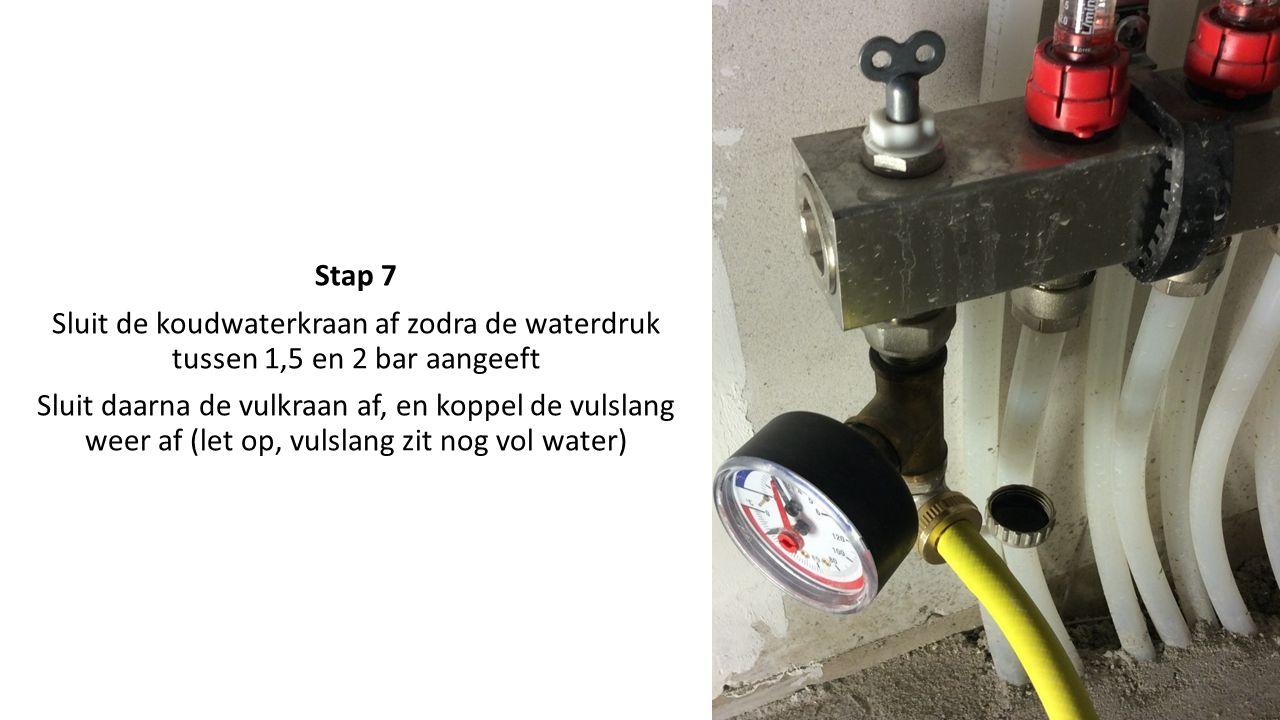 Stap 7 Sluit de koudwaterkraan af zodra de waterdruk tussen 1,5 en 2 bar aangeeft Sluit daarna de vulkraan af, en koppel de vulslang weer af (let op, vulslang zit nog vol water)