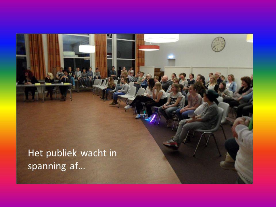 Het publiek wacht in spanning af…