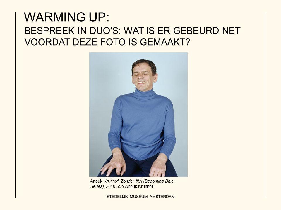 BESPREEK IN DUO'S: WAT IS ER GEBEURD NET VOORDAT DEZE FOTO IS GEMAAKT? WARMING UP: Anouk Kruithof, Zonder titel (Becoming Blue Series), 2010, c/o Anou