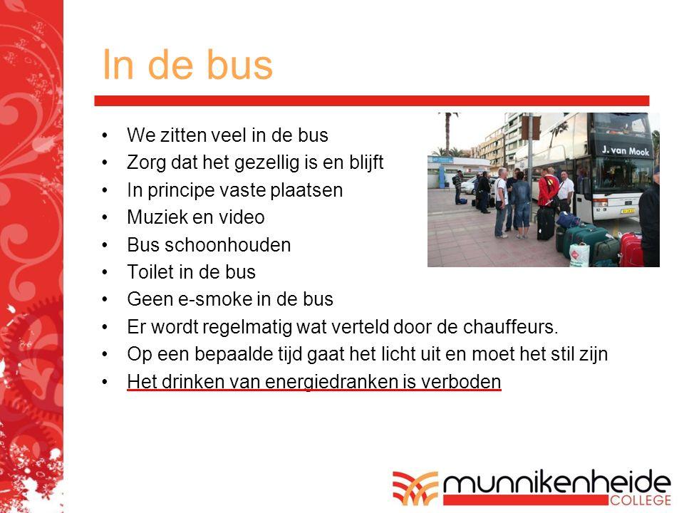 In de bus We zitten veel in de bus Zorg dat het gezellig is en blijft In principe vaste plaatsen Muziek en video Bus schoonhouden Toilet in de bus Gee