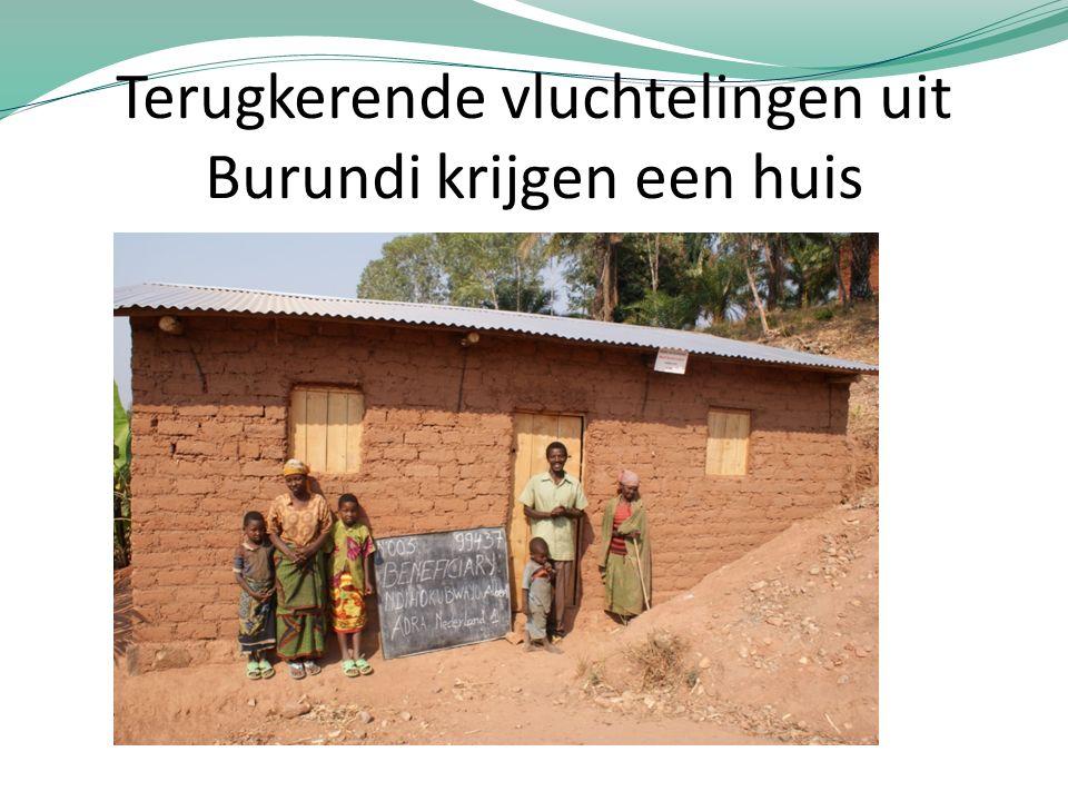 Terugkerende vluchtelingen uit Burundi krijgen een huis