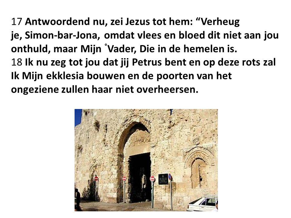 17 Antwoordend nu, zei Jezus tot hem: Verheug je, Simon-bar-Jona, omdat vlees en bloed dit niet aan jou onthuld, maar Mijn ° Vader, Die in de hemelen is.