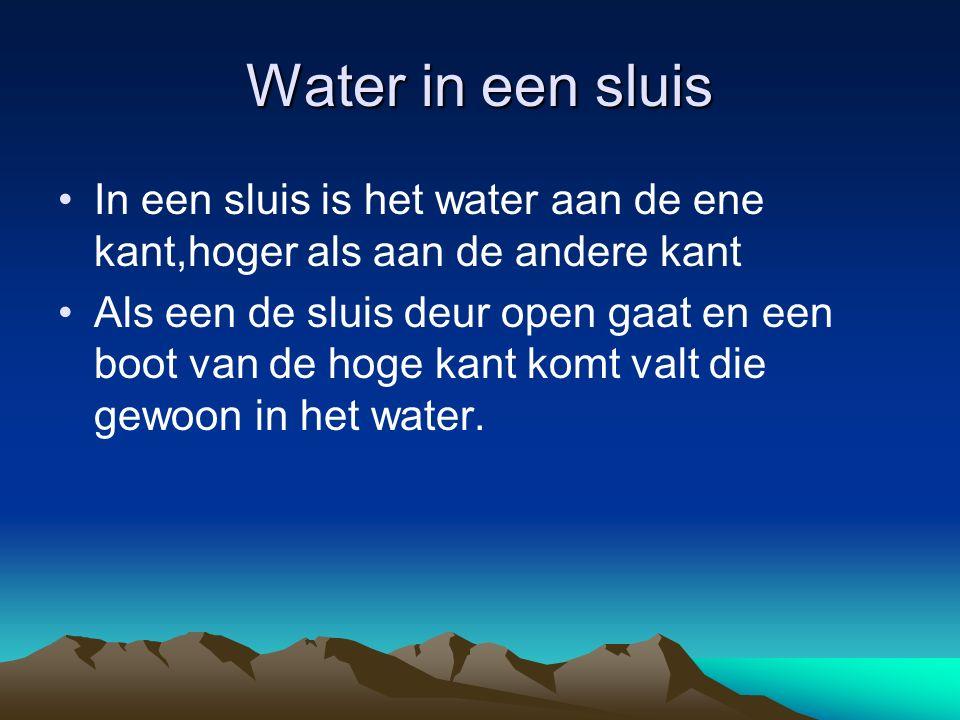 Water in een sluis In een sluis is het water aan de ene kant,hoger als aan de andere kant Als een de sluis deur open gaat en een boot van de hoge kant komt valt die gewoon in het water.