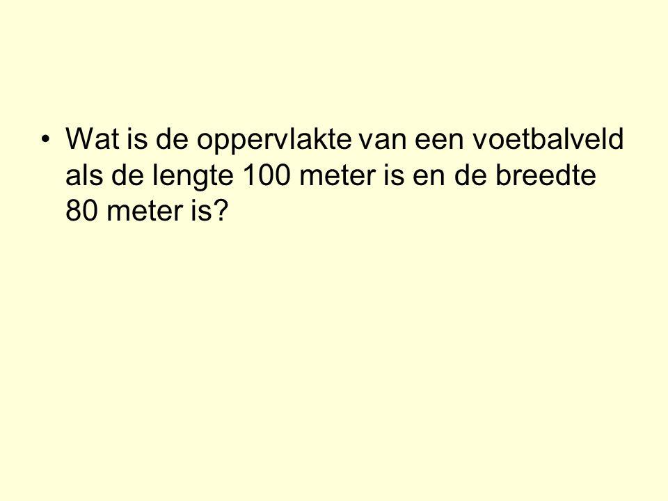 Wat is de oppervlakte van een voetbalveld als de lengte 100 meter is en de breedte 80 meter is?