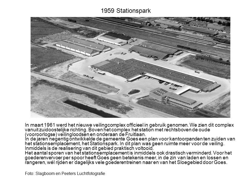 1959 Stationspark In maart 1961 werd het nieuwe veilingcomplex officieel in gebruik genomen. We zien dit complex vanuit zuidoostelijke richting. Boven