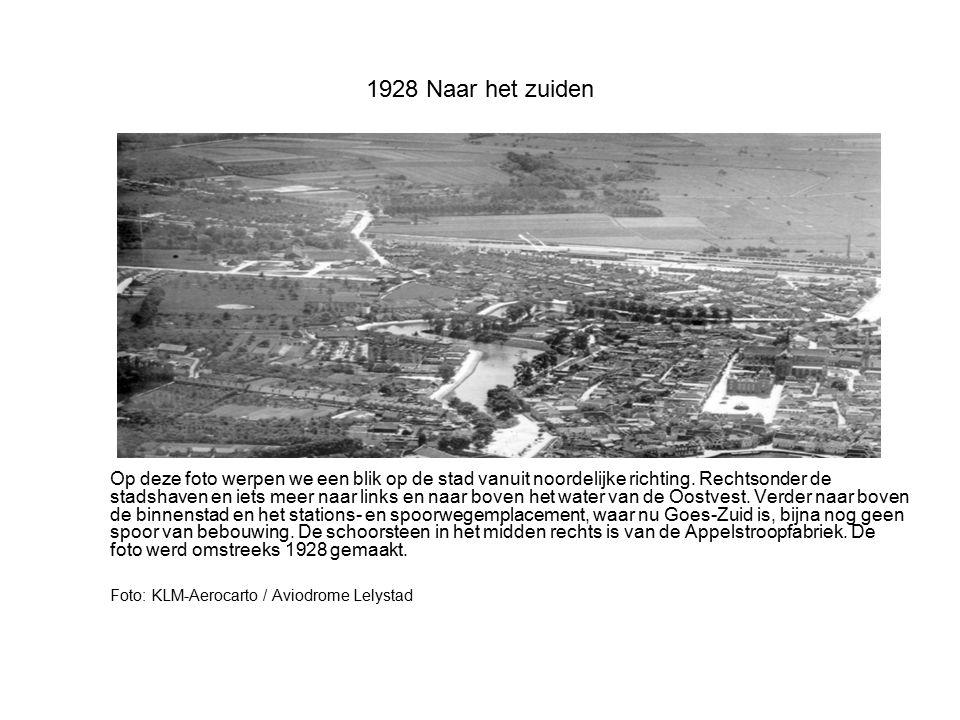 1928 Omgeving molen De Korenbloem Niet geheel scherpe foto van de omgeving van molen De Korenbloem met onderaan de Zaagmolenstraat en boven de molen de samenkomst van 's-Heer Hendrikskinderenstraat en Nieuwstraat (Noordeinde).